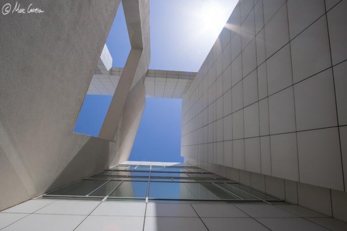 Aquí, en uno de los pasillos laterales del MACBA...mirando arriba, tenemos estos paisajes tan futuristas. Aquí, con el sol directo...ya observamos algún Flare. Con paciencia, tiempo y un buen programa de edición, los podemos hacer- desaparecer.
