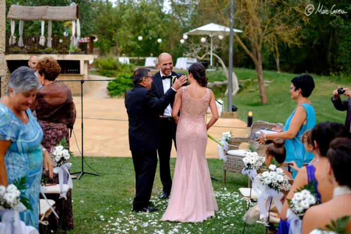 El padre entrega a la hija al novio!